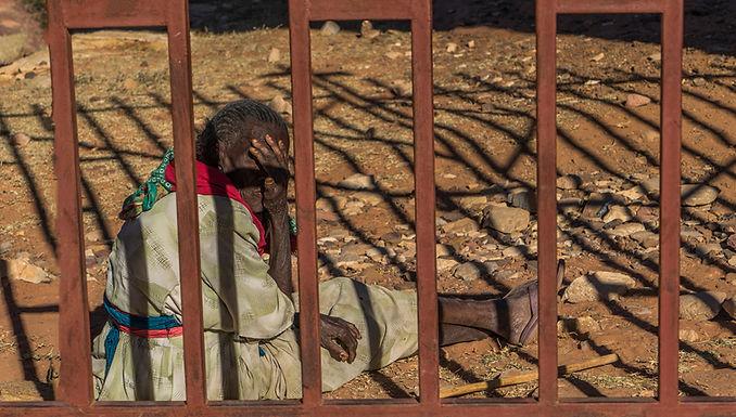 בודדה מבעד לסורגים באתיופיה