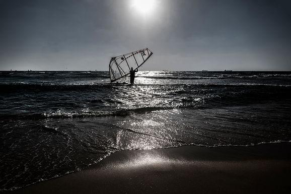 מפרש באופק בחוף הים באשדוד