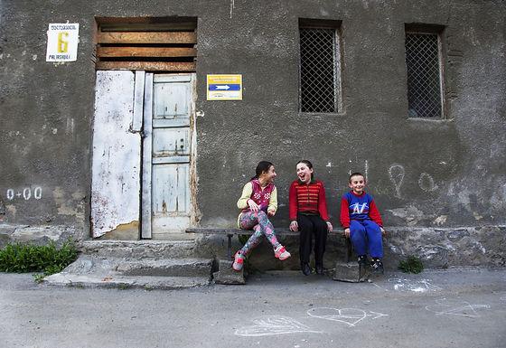 כמה מצחיקים הצלמים שהגיעו לרחוב שלנו ברומניה