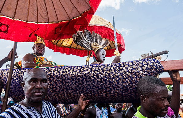 """ילד """"בהקפאה"""" בטקס להצלחת   יבול הדוחן בגאנה"""