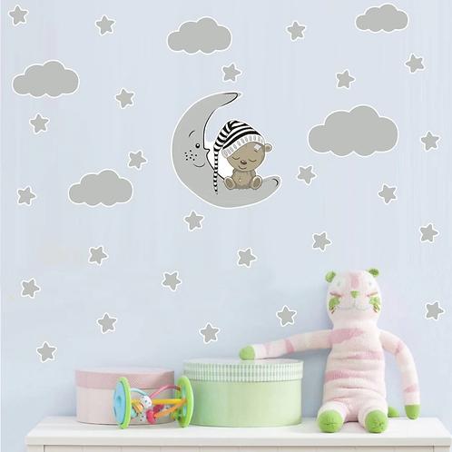 דובי יושב על ירח עננים וכוכבים