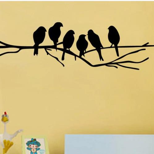 ציפורים שחורות יושבות על ענף