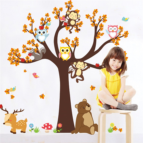 עץ יער ובעלי חיים מצוירים