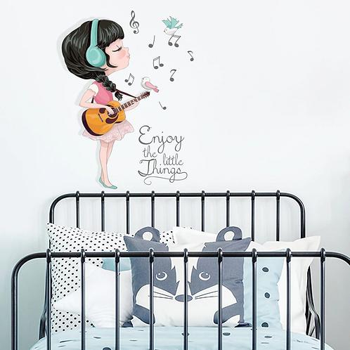 ילדה מנגנת בגיטרה
