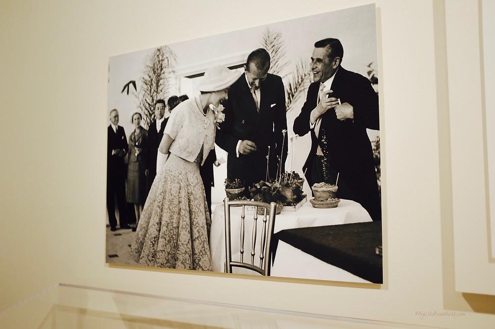 photograph-of-Queen-Elizabeth-talking-with-Du-Pont