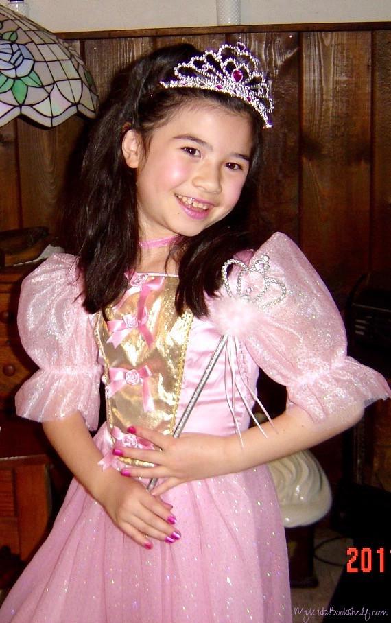 Little-girl-dressed-as-sleeping-beauty-Halloween-costume