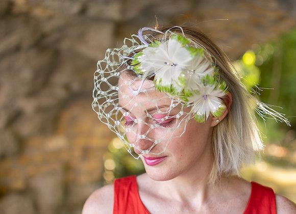 Coiffe voilette et fleurs en plumes vertes
