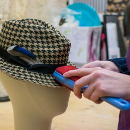 Brosser le chapeau de feutre