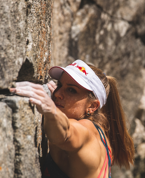 Petra Klingler Bouldern am Fels. Sponsor: Red Bull