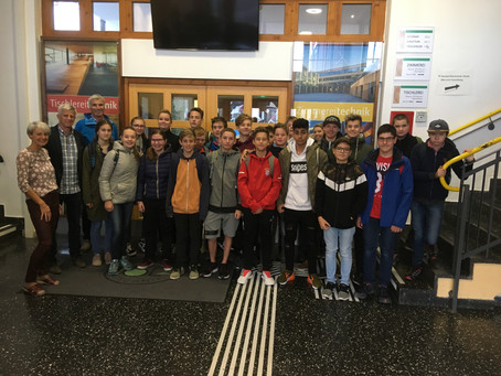 Schülerinnen und Schüler der NMS Rattenberg besuchen unsere TFBS-Holztechnik Absam