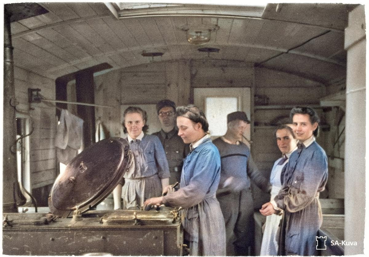 Sairaala- ja evakkojunan keittiössä