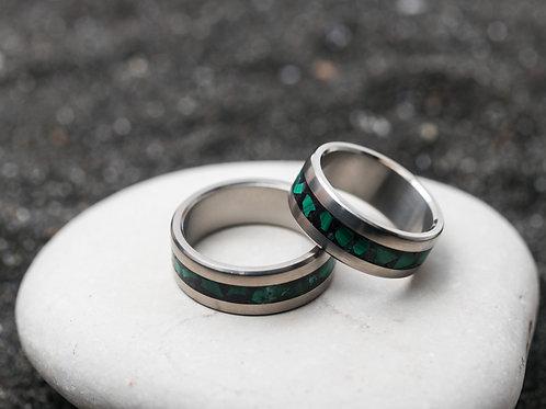 Авторское кольцо из титана с инкрустацией малахитом