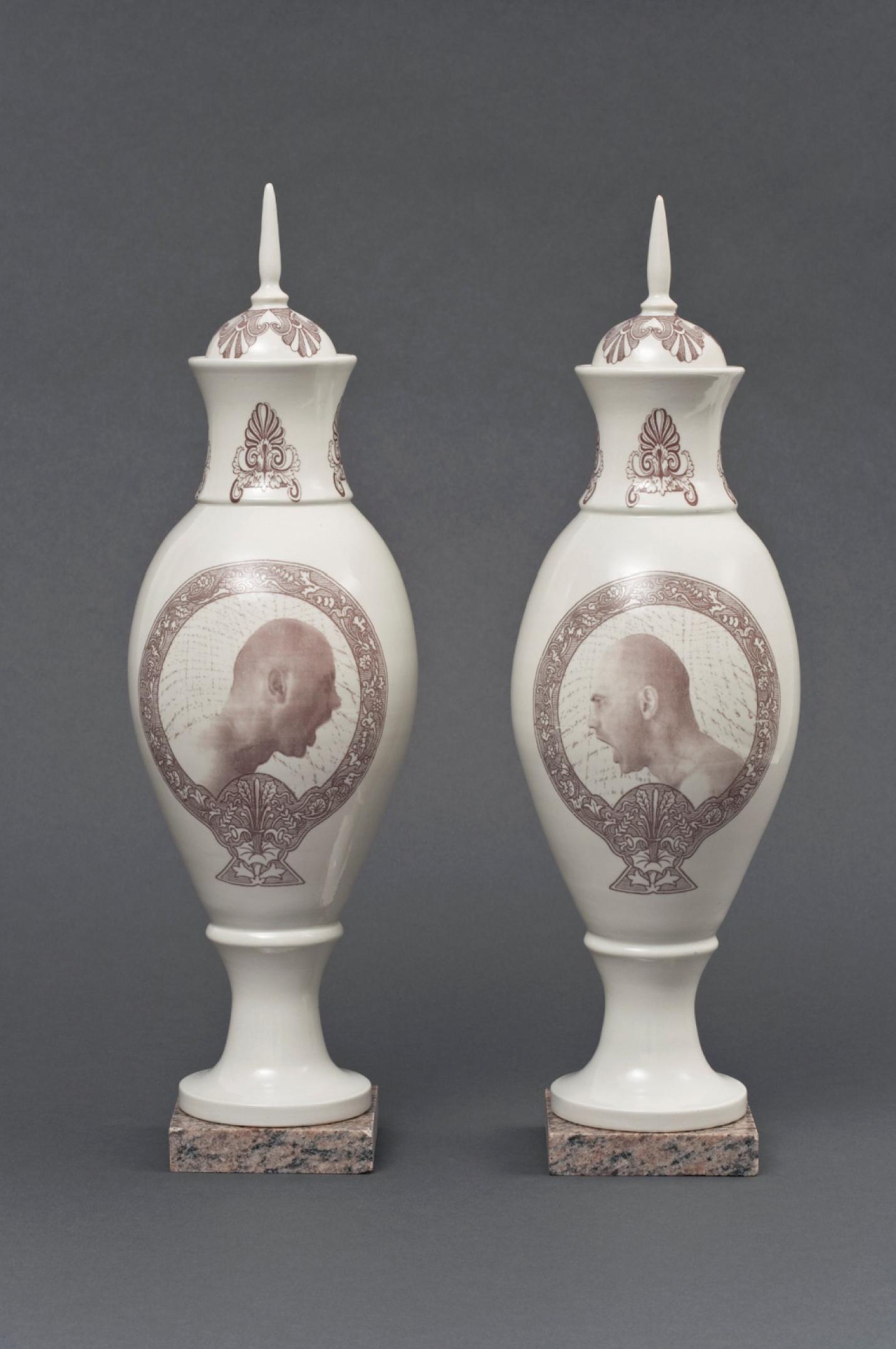 Paire de vases à cartouches