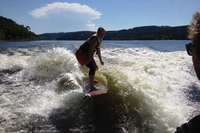 Wakesurf-je-vhodny-pro-muze-i-zeny.jpg