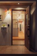 諫早市の工務店スマイフルホームで新築した長崎のクールな注文住宅のエントランス