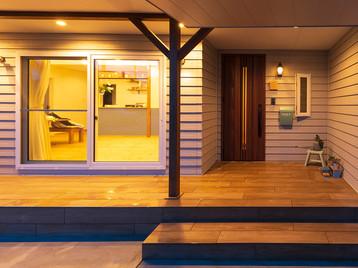 諫早市の工務店スマイフルホームで新築した長崎の格好いい注文住宅の夜エントランス