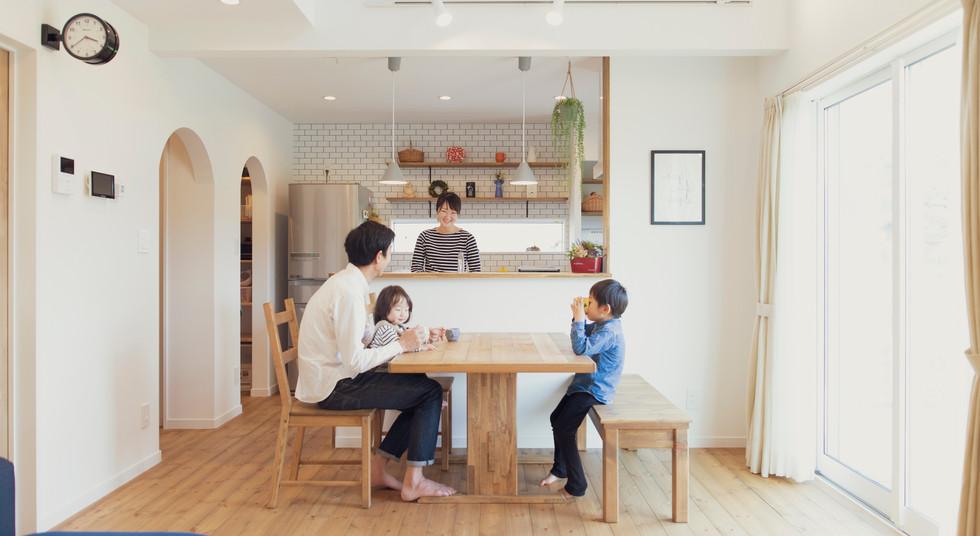 諫早市の工務店スマイフルホームで新築した長崎の注文住宅のファミリーイメージ