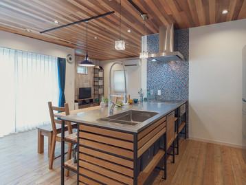 諫早市の工務店スマイフルホームで新築した長崎の格好いい注文住宅のウッドワンキッチン