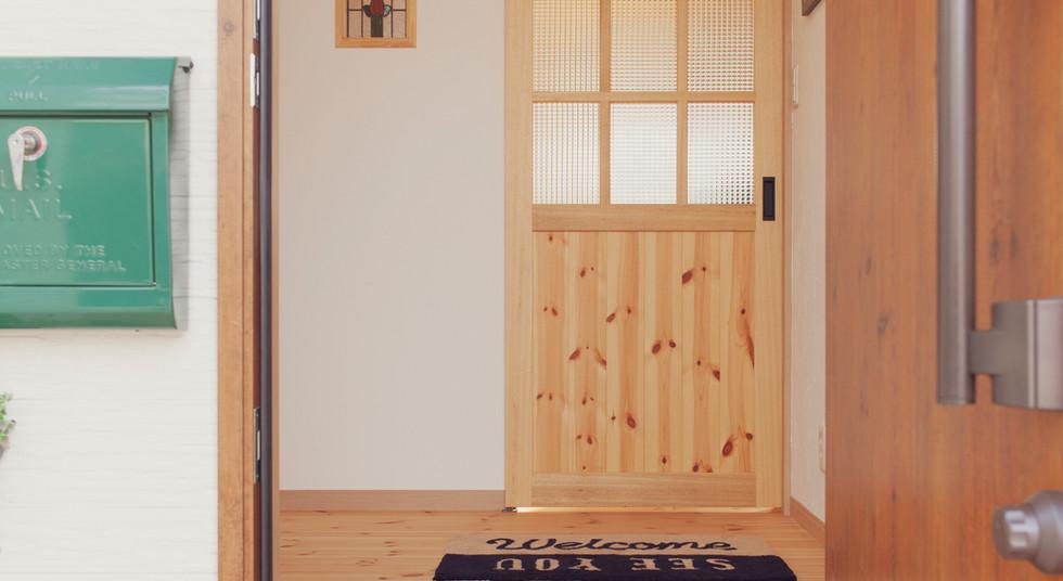 諫早市の工務店スマイフルホームで新築した長崎の可愛い注文住宅のエントランス