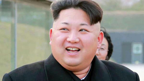 """L'appello di Kim Jong-un: """"Mangiate carne di cane: ammazzateli a bastonate"""""""