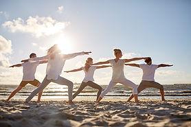 Yoga en groupe en extérieur