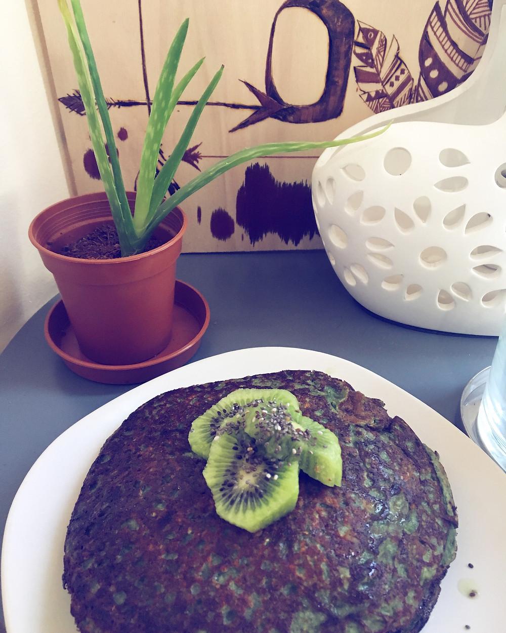 Oat and kiwi pancakes with spirulina