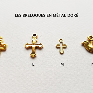 Les breloques en métal doré