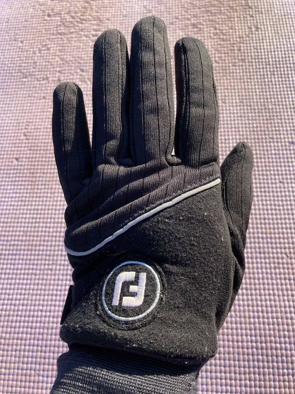 Outdoor Yoga - golf gloves are great to practice yoga outdoors in cold weather
