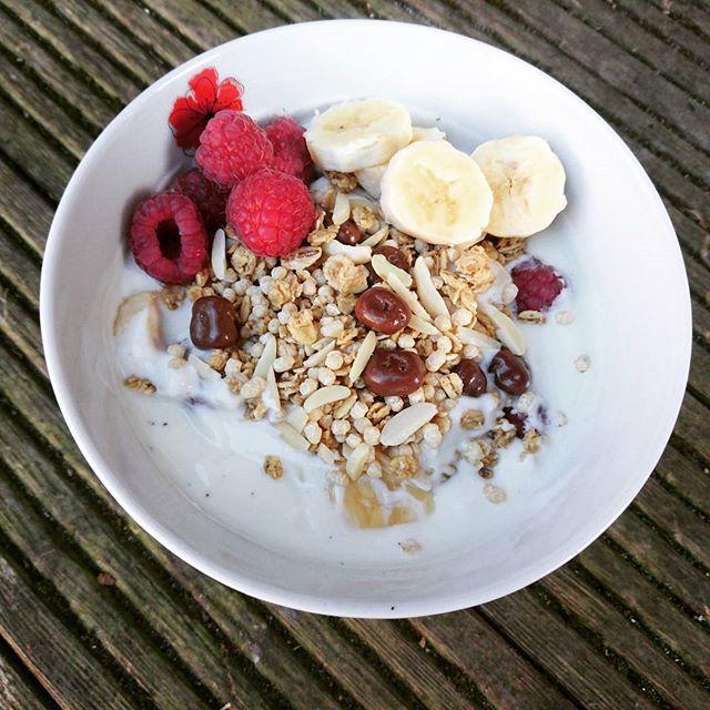 Vanilla yogurt, raspberries and banana w