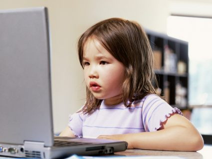 Confundir escola com compra de computadores é trágico.