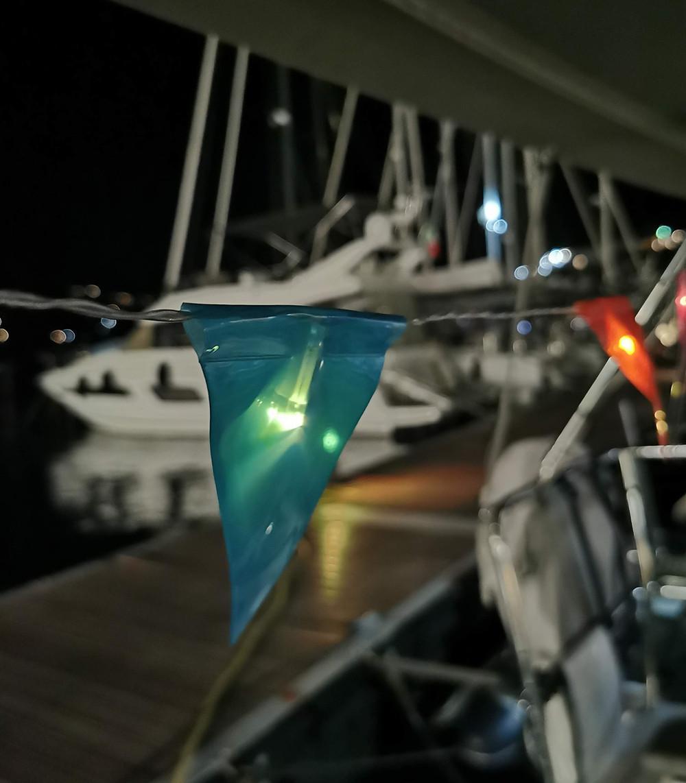 Lichterkette an Segelboot Segelyacht