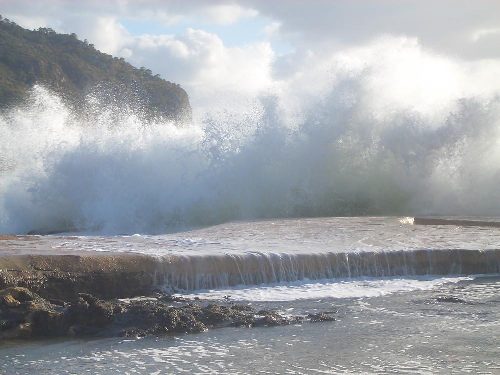 Welle trifft bei Sturm auf Ufer