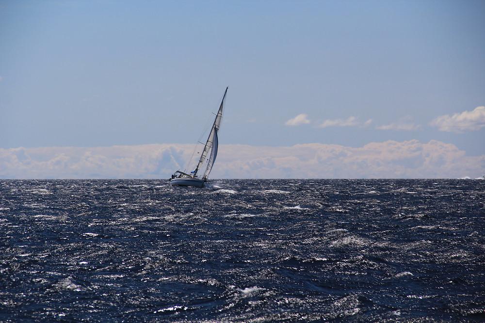 Krängung einer Segelyacht bei Starkwind Bora in Mali Losinj Kroatien