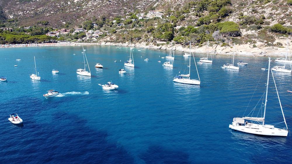 Bucht voller Segelboote vor Anker ( Ankerboje )