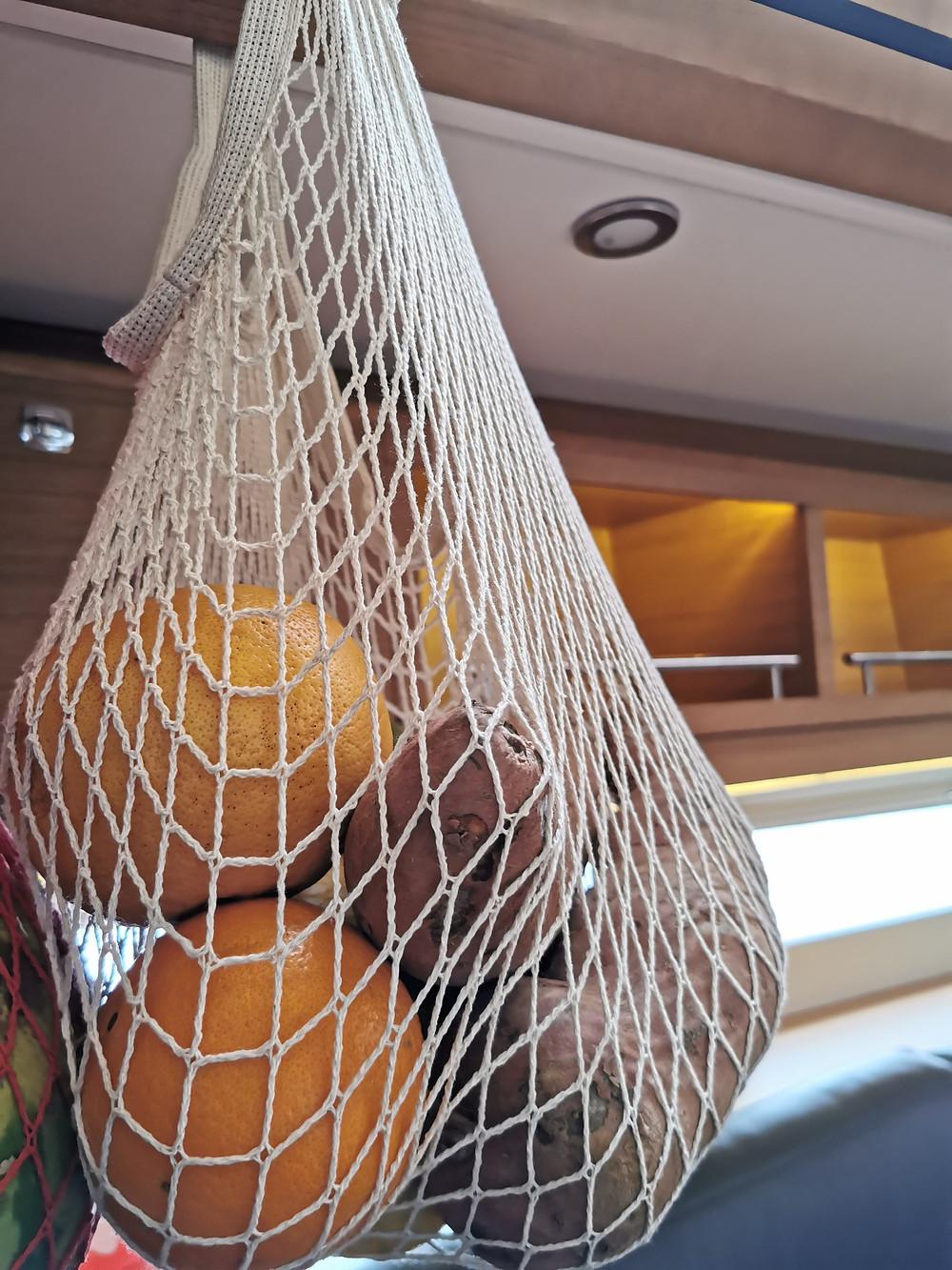 Obstnetz an Bord einer Segelyacht