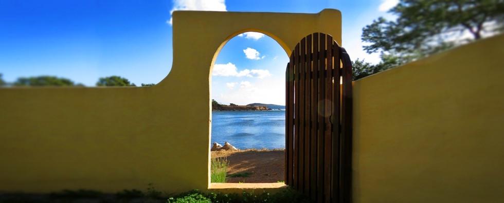 Can Cesar: un hermoso lugar de retiro de yoga y una villa de vacaciones junto al mar, que ofrece la belleza y la paz de su extraordinaria ubicación, y la conveniencia de su proximidad a las playas y al pueblo de Santa Eulalia, en la costa este de Ibiza.