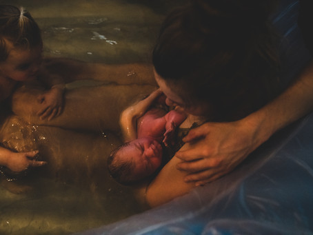 Grote zus bij de bevalling