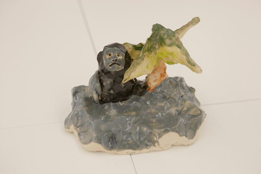 daniel von bothmer k34 stuttgart keramik trauriger affe