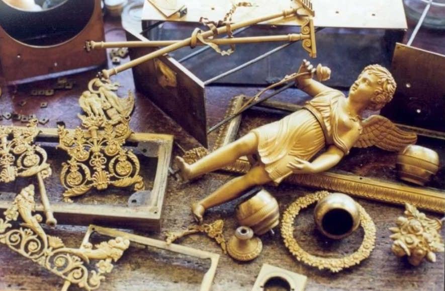 Bronzes d'une pendule démontés