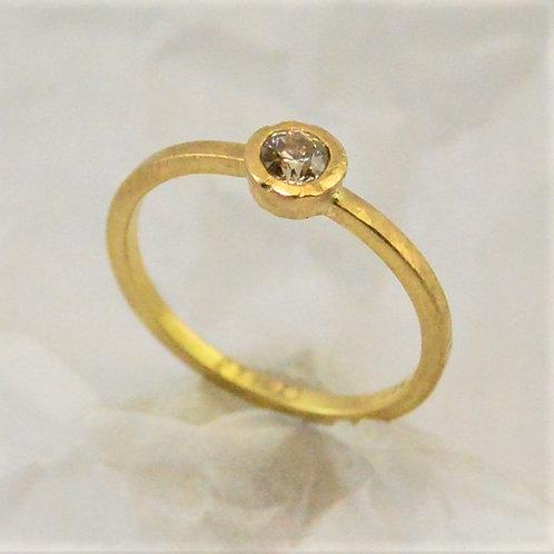 Gelbgold 750 mit champagnerfarbenem Diamant 0.23ct