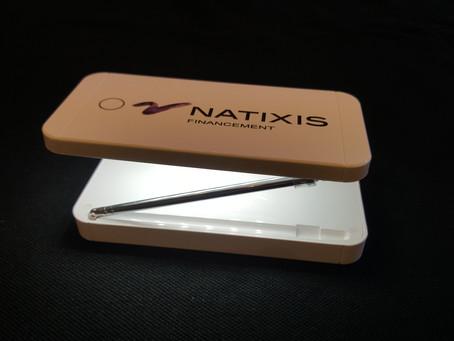 Batteries de secours pour recharger les téléphones avec une lampe de bureau intégrée et pliable.