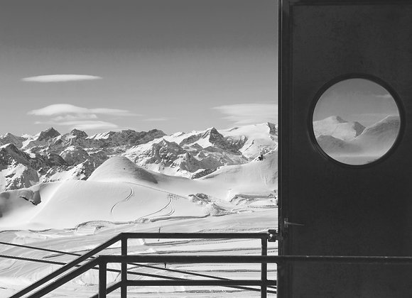Ski port hole