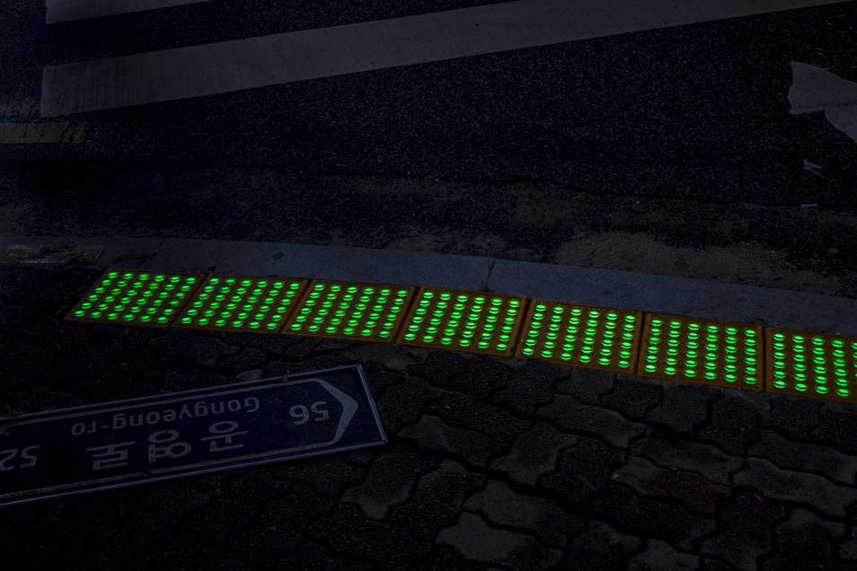 LED safety side walkway block