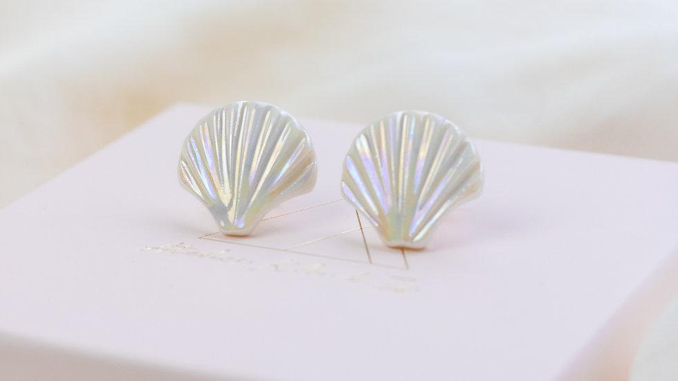 White Pearlescent Ariël Shell Stud Earring