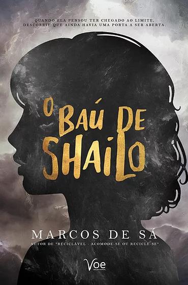 """Capa do livro """"O Baú de Shailo"""", com um fundo cinza enevoado, a silhueta de uma garota e o titulo em cima da cabeça dela em dourado."""