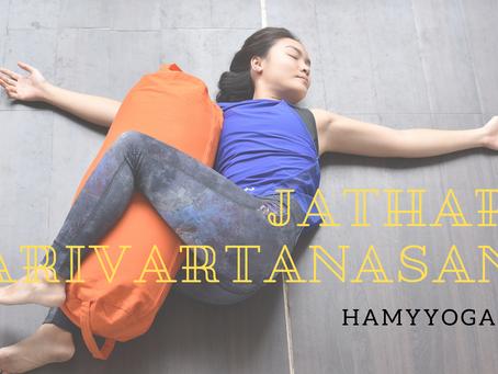Tư thế Vặn Xoắn Bụng - Jathara Parivartanasana