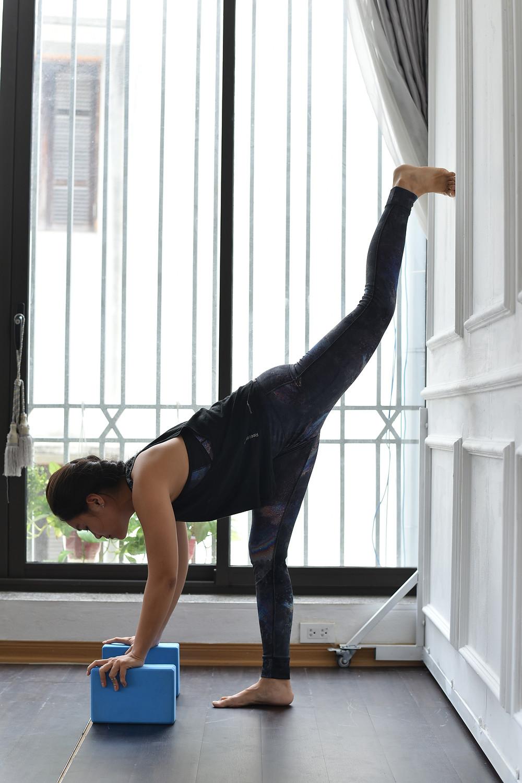 Hà My Yoga thực hiện tư thế xoạc đứng với block và tường dành cho người mới bắt đầu