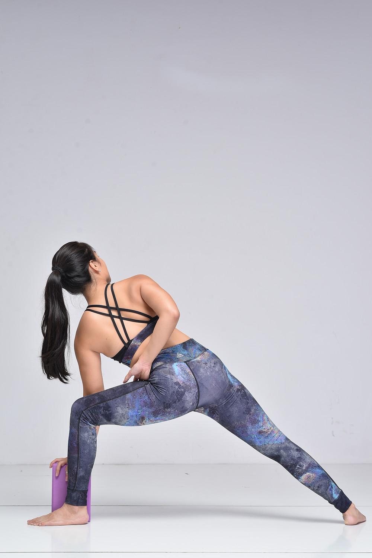 Hà My Yoga thực hiện tư thế Góc Nghiêng với block  trong tập Yoga
