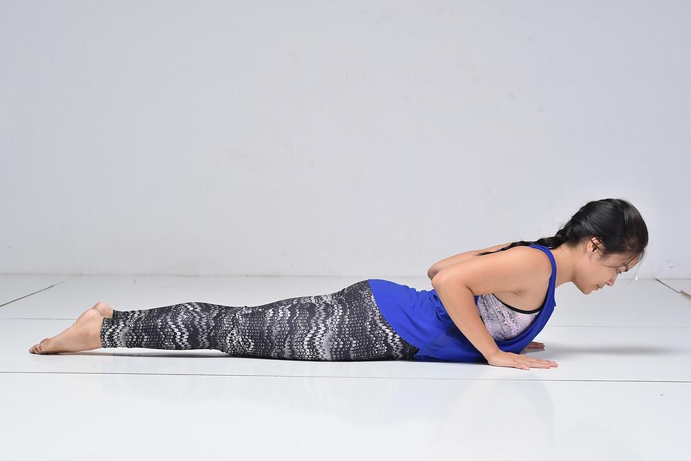 Hà My Yoga thực hiện rắn hổ mang thấp