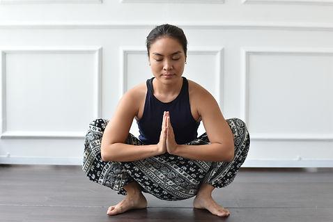 tư thế yogi squat trong yoga